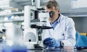 cientifico-microscopio-getty